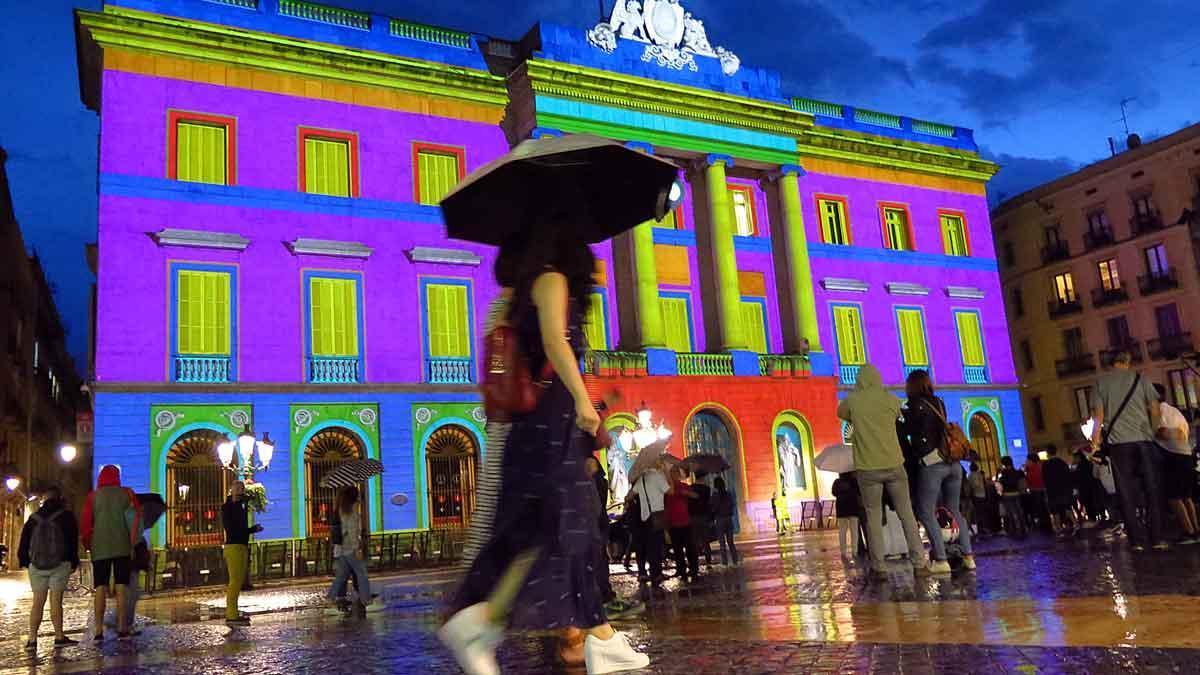 Proyecciones sobre la fachada del ayuntamiento, en la Mercè del año 2016, en una tarde de lluvia.