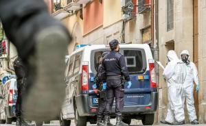 Policía Nacional y equipos médicos en la calle Marqués de San Nicolás, en Logroño.
