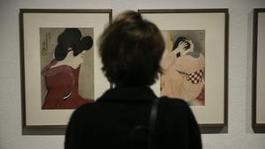 Una visitante observa los grabados 'Delante del espejo' (izquierda) y Mujer vestida con faja obi', en la Fundació Miró.