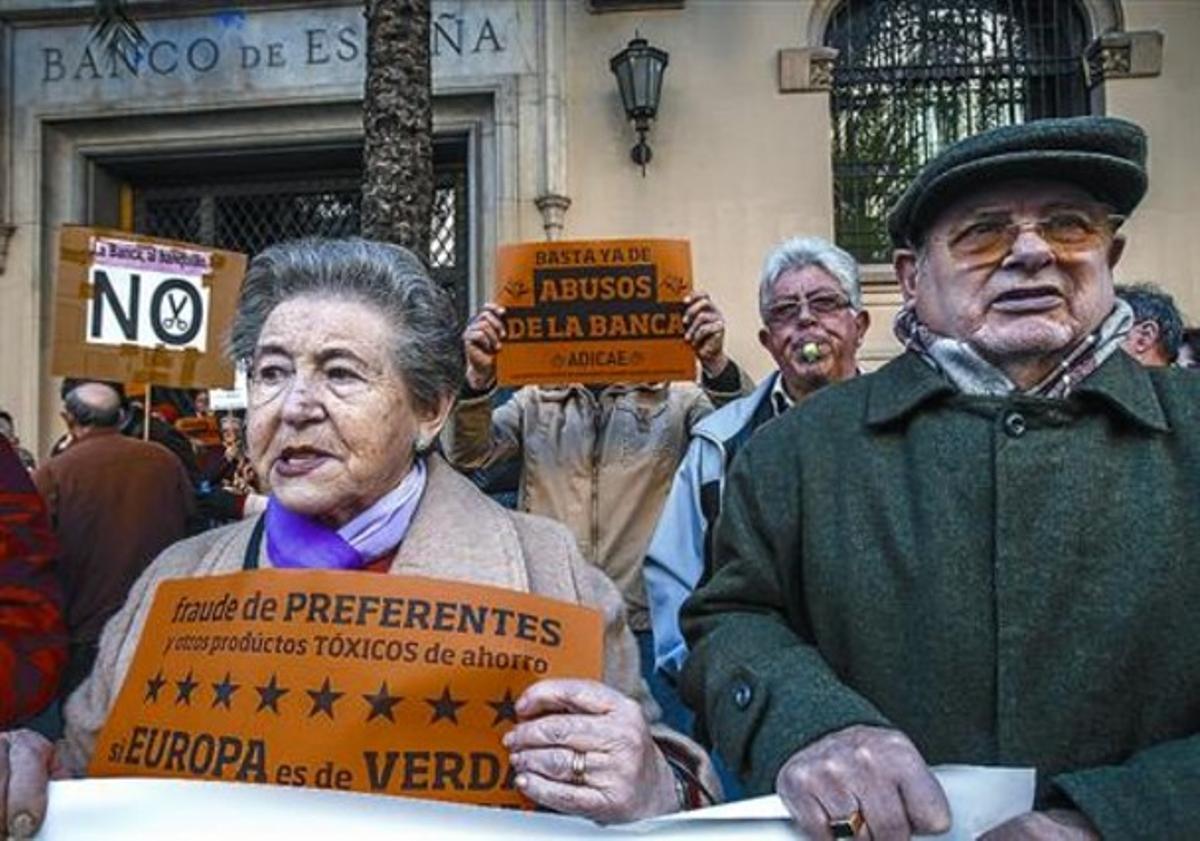 Afectados por las preferentes se manifiestan ante la sede del Banco de España en Valencia, el pasado febrero.