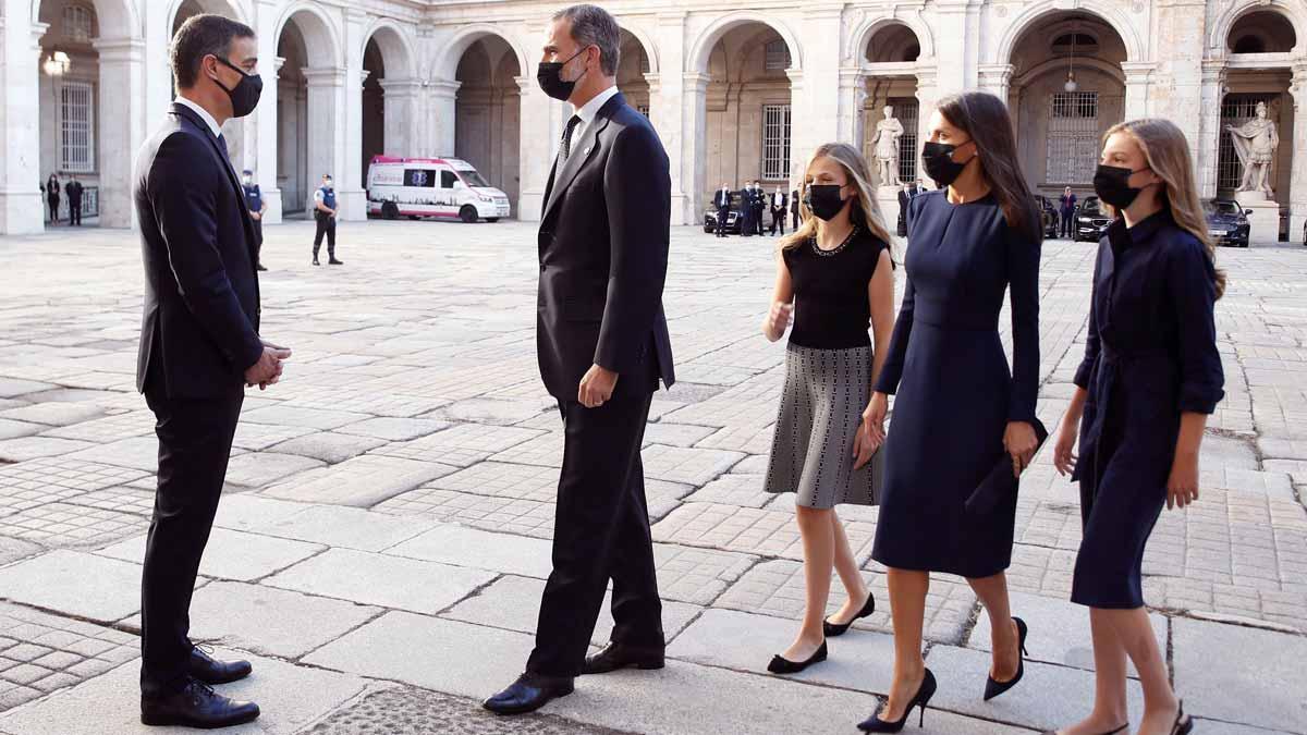 Pedro Sánchez recibe a los Reyes en el homeaje de Estado a las víctimas del coronavirus.