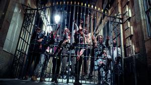 Una horda de zombis de 'Infection Evolution', en la valla de acceso al Museo de Cera.