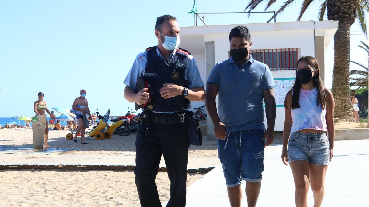 Jaume López, mosso d'esquadra en Sant Feliu de Guíxols, conversa con Bryan Gabino al que salvó la vida recientemente de morir ahogado