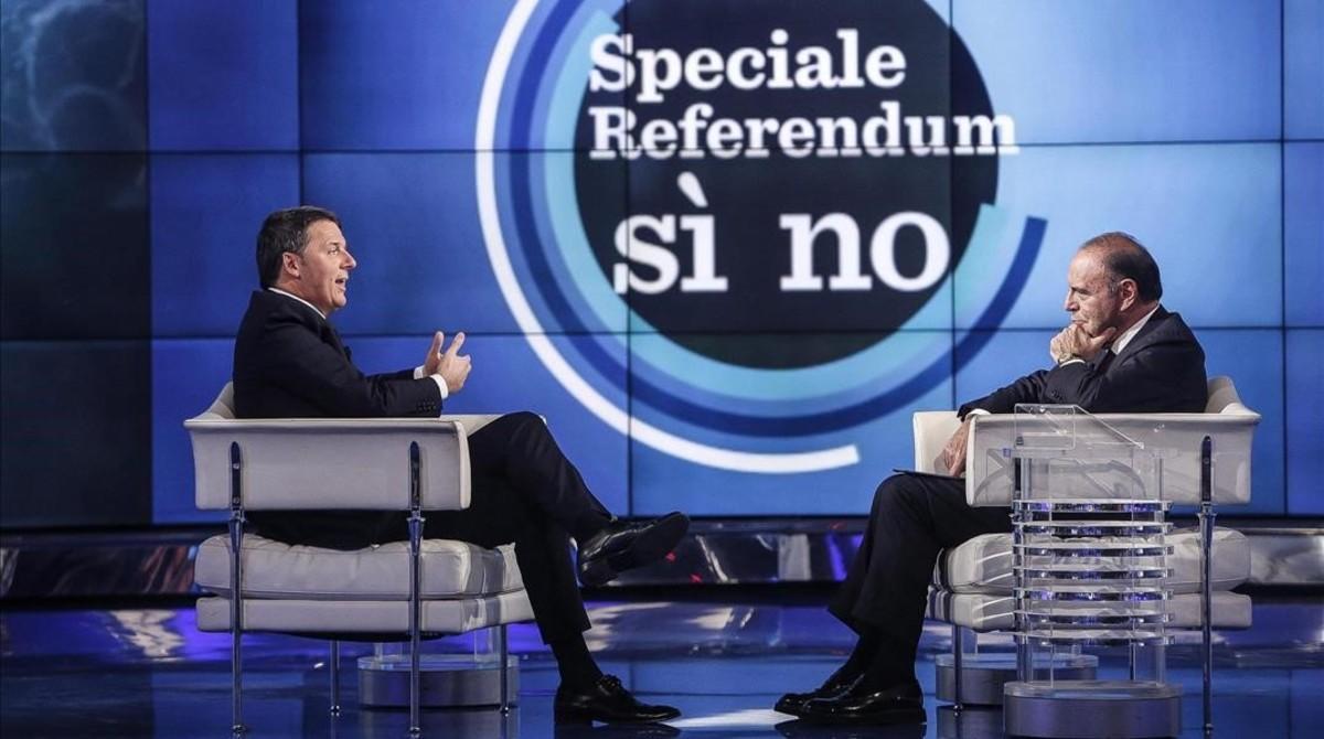 Renzi (izquierda), en el programa 'Porta a porta' de la cadena RAI, conducido por el periodista Bruno Vespa (derecha), en Roma, el 30 de noviembre.
