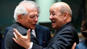 Josep Borrell ve razonable el veto de Tajani a la conferencia de Puigdemont. En la foto, Borrell junto a su homólogo francés Jean-Yves Le Drian.