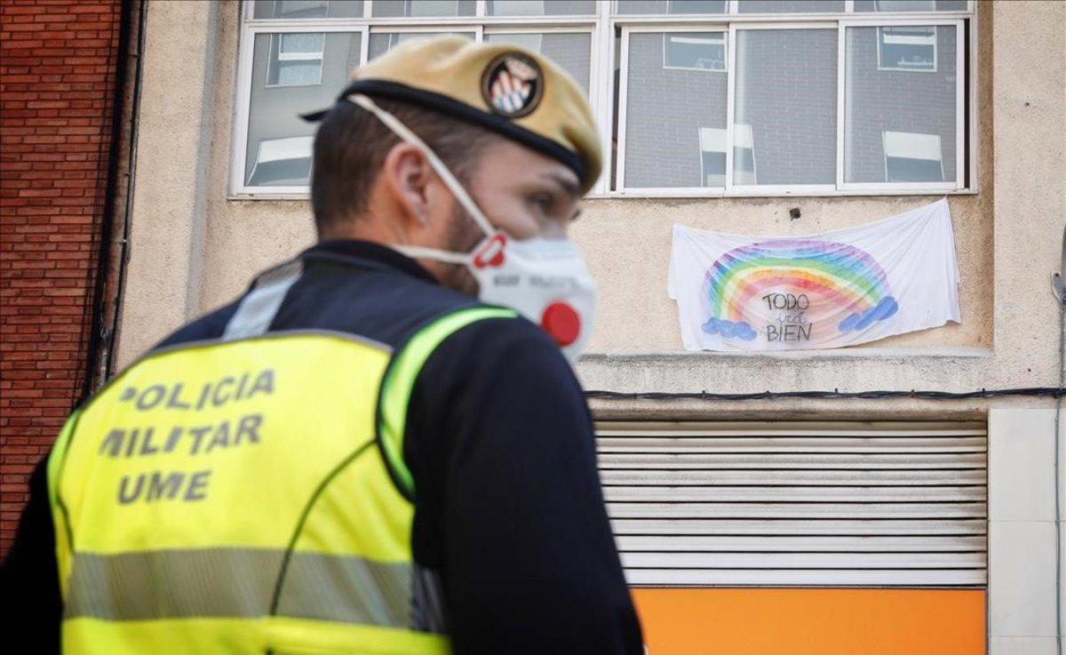 La UME desinfecta la rsidencia geriátrica Jericó de L'Hospitalet.