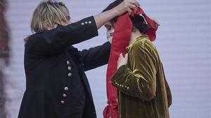 Nacho Cano devuelve la Gran Cruz de la Orden del Dos de Mayo a la presidenta de la Comunidad de Madrid, Isabel Díaz Ayuso. Europa Press/J. Hellín. Pool