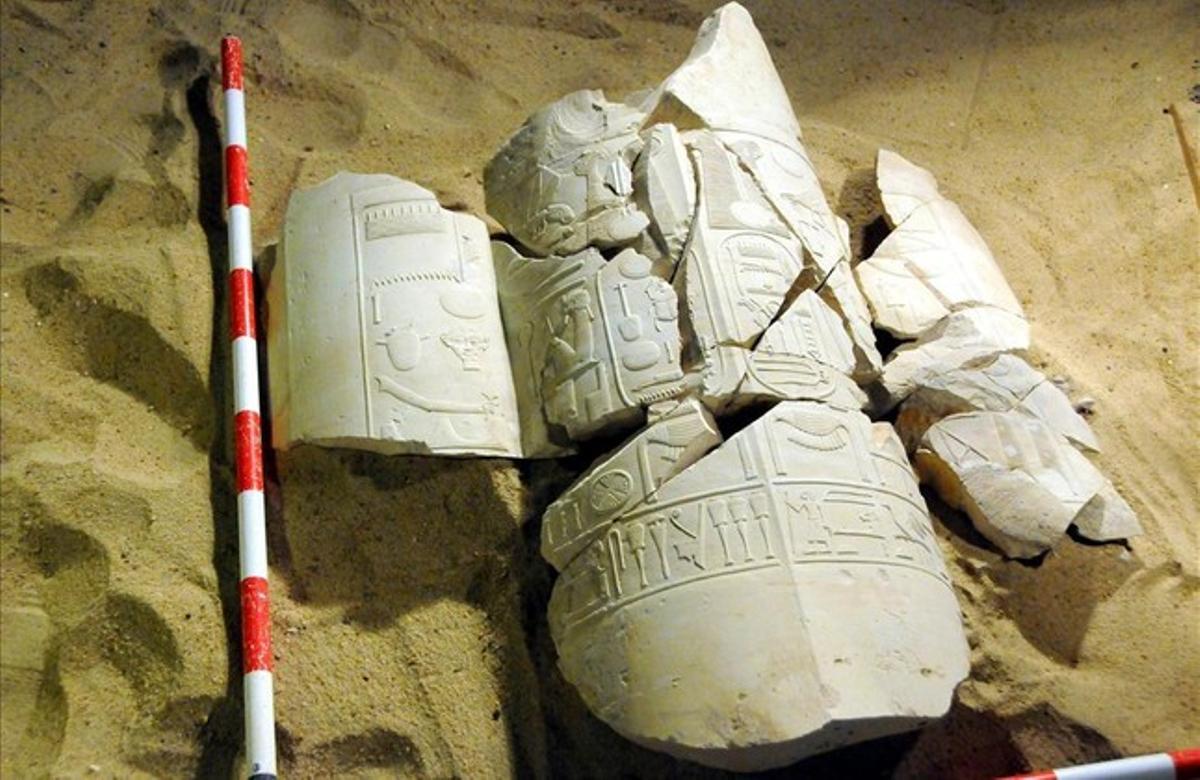 Restes de columnes d'un mausoleu amb inscripcions jeroglífiques, trobades a la zona d'Al-Asasif, a la província meridional de Luxor (Egipte).