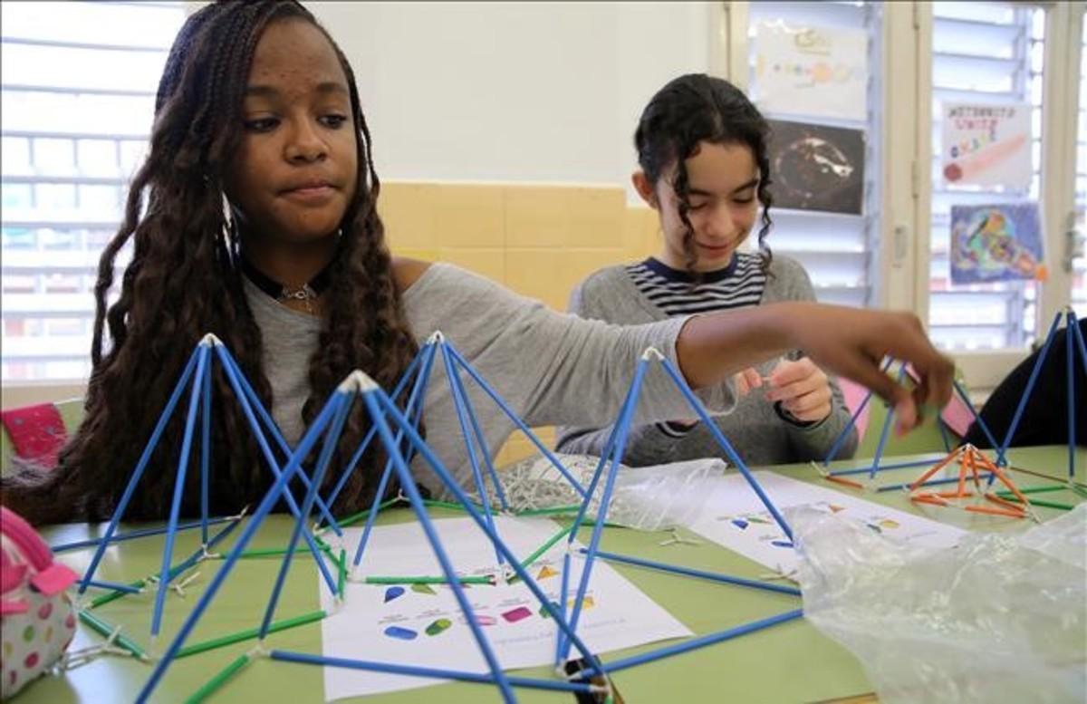 Alumnos del colegio público Octavio Paz de Barcelona, en una clase de Geometría en inglés.