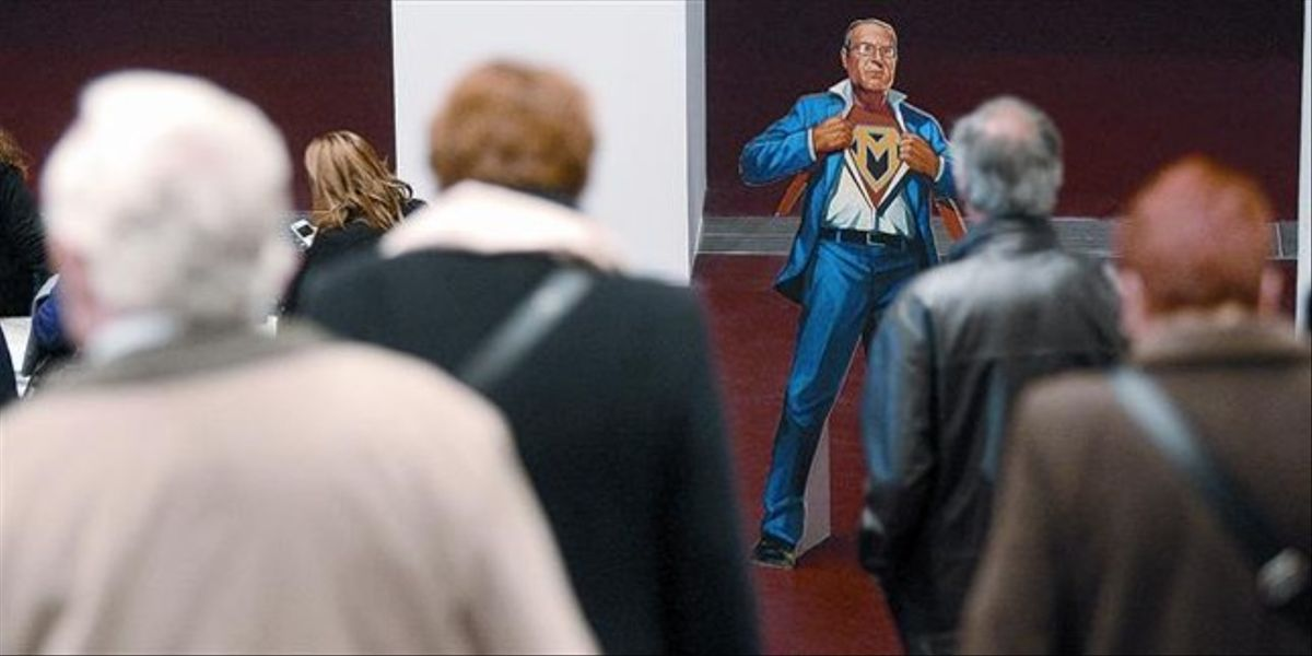 Una figura de José Montilla caracterizado como un superhéroe recibe a los asistentes al mitin que el candidato del PSC y el ministro Ramón Jáuregui ofrecieron ayer en Mataró.