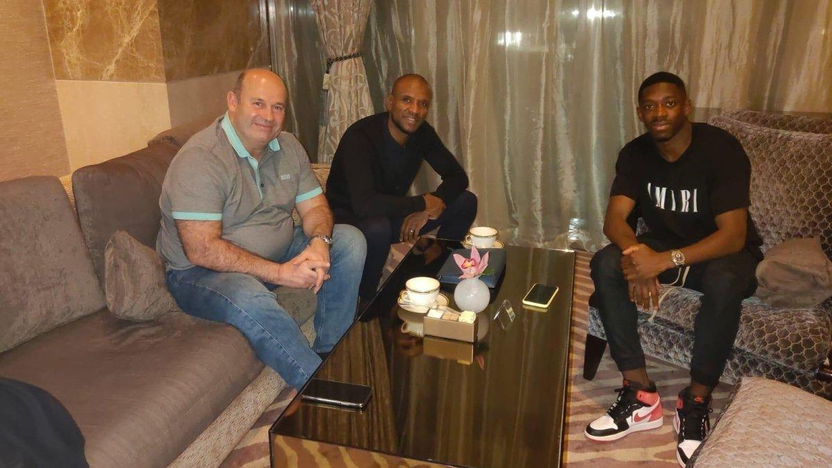 Òscar Grau, CEO del Barça, y Éric Abidal, directortécnico, visitan a Ousmane Dembélé en Doha.