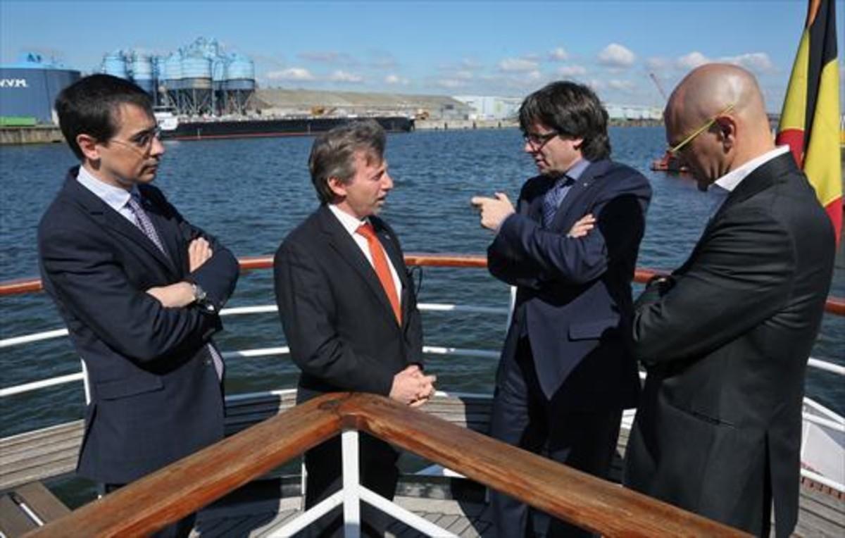 El 'president' Puigdemont, el 'conseller' Romeva y el representante del Govern en Bruselas, Amadeu Altafaj, junto al representante del puerto de Gante.