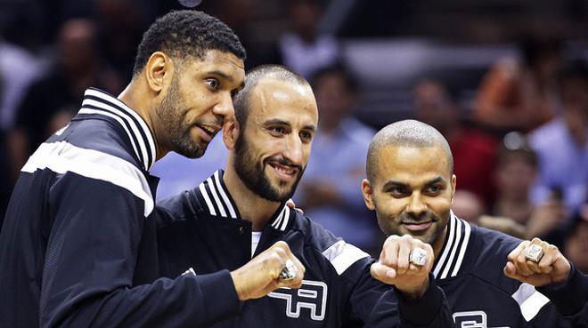 Tim Duncan, Manu Ginóbili i Tony Parker mostren els anells de campions de la temporada 2013-2014.