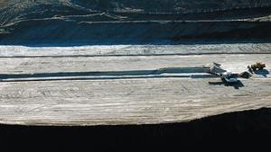 Unos tractores recogen sal en Súria.
