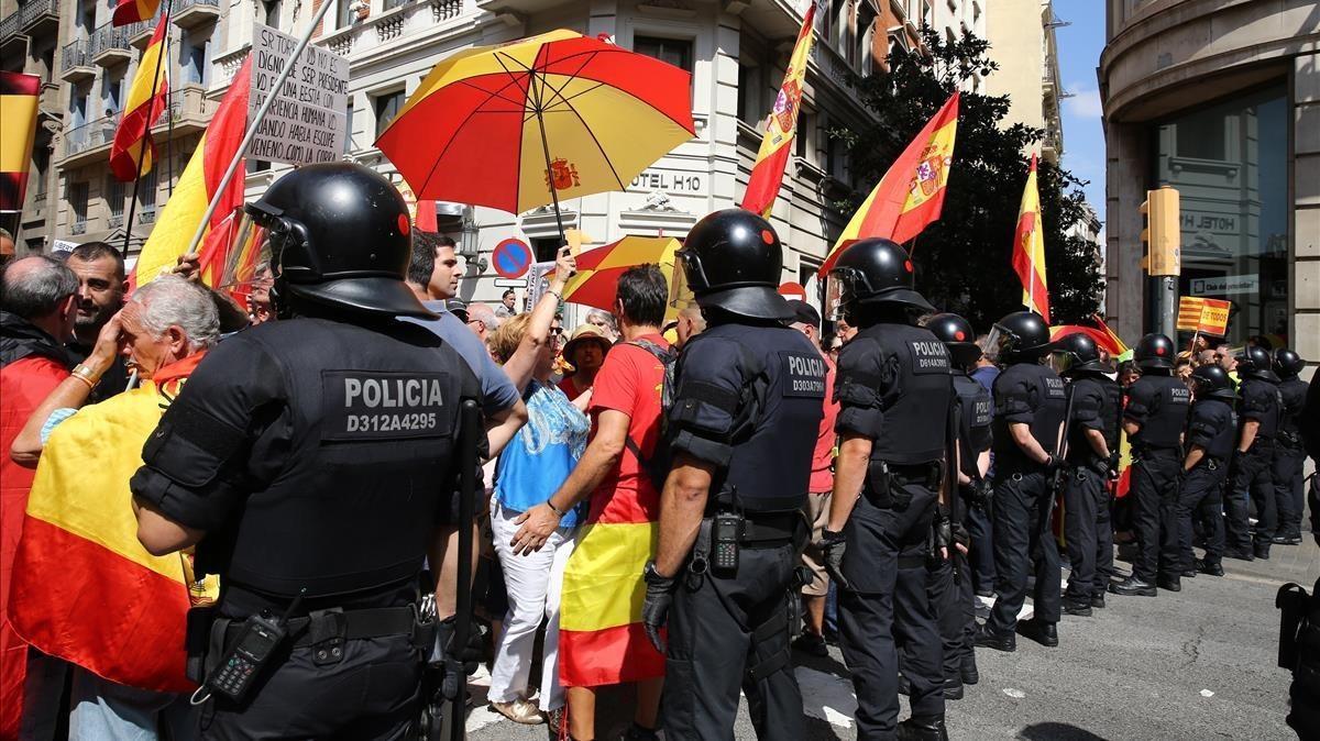 Agentes de los Mossos se interponen entre los manifestantes de signo distinto.