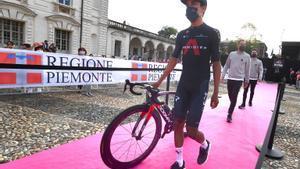 Egan Bernal se dirige hacia el podio de la ceremonia de presentación de equipos, en Turín.