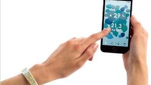 Worldbeing es un 'wearable' reciclado + 'app' que controla tu huella de carbono.
