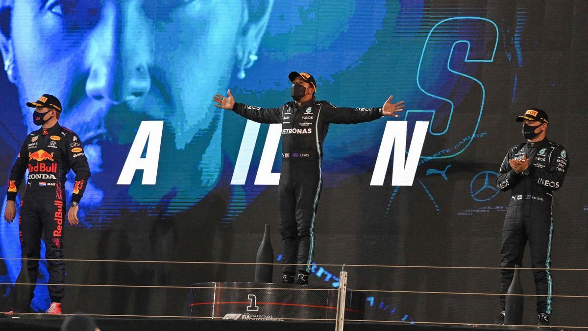 Hamilton, en el centro del podio, junto a Verstappen y Bottas, segundo y tercero.