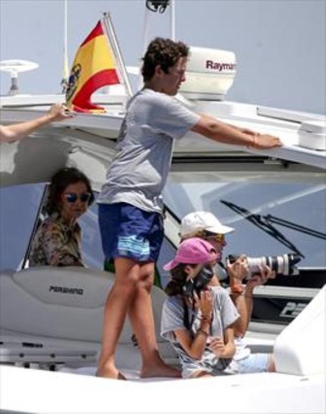 Sofía se echa a la mar para ver regatear a su hijo Felipe