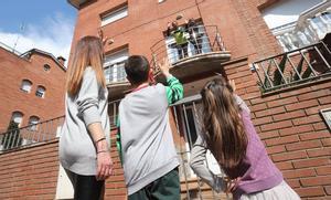 Unos niños saludan a sus abuelos desde la calle en Granollers, el 26 de abril, primer día en que se permite salir a los menores de 14 años durante el estado de alarma.