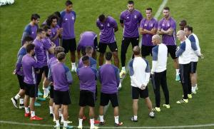 Zidane se dirige a los jugadores blancos antes del entrenamiento en el estadio de Lerkendal (Trondheim).