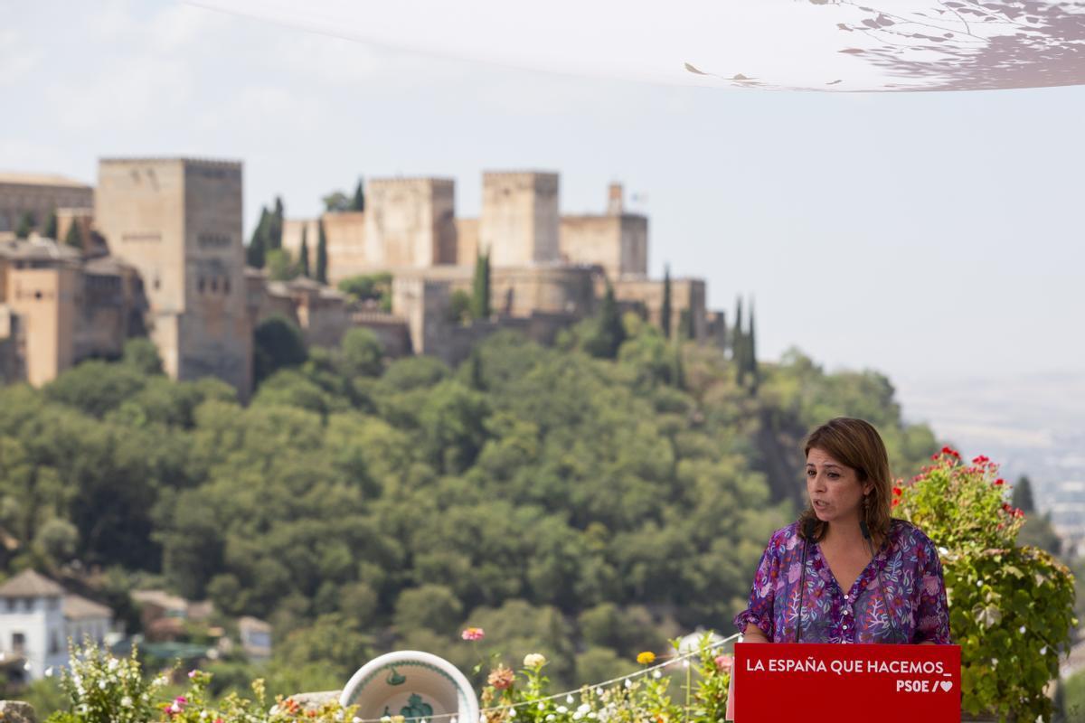 La portavoz del PSOE en el Congreso, Adriana Lastra, ante las murallas de Granada en el l85 aniversario del fusilamiento de Federico García Lorca