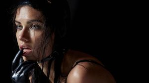 Adriana Lima describe en Instagram el duro trabajo de las modelos