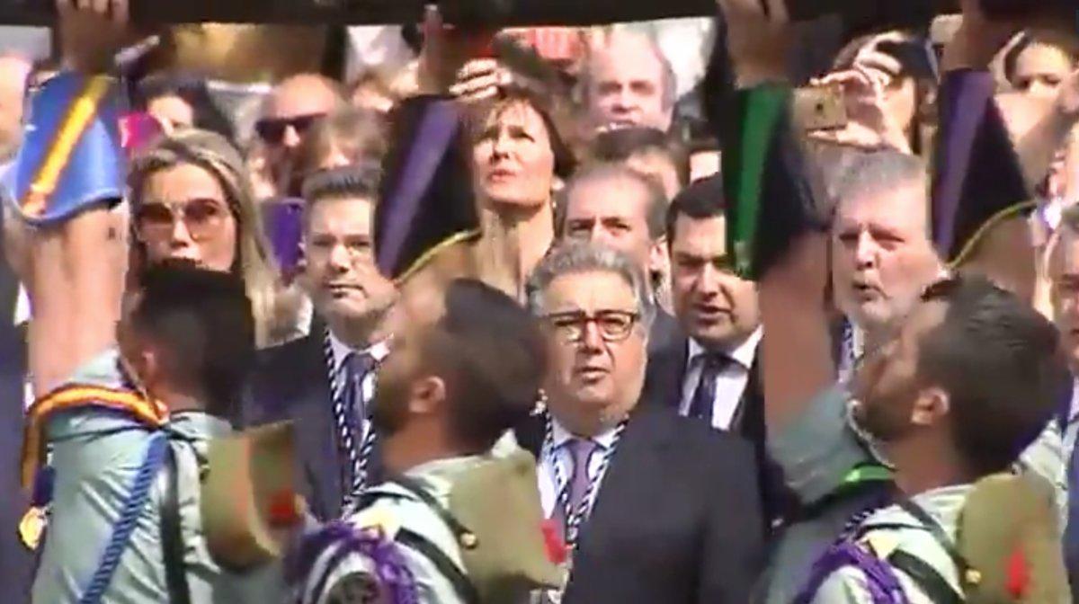 Los ministros Zoido, Catalá y Méndez de Vigo cantan el himno de la Legión al paso del Cristo de la Buena Muerte, durante la procesión celebrada en Málaga el 30 de marzo de 2018.