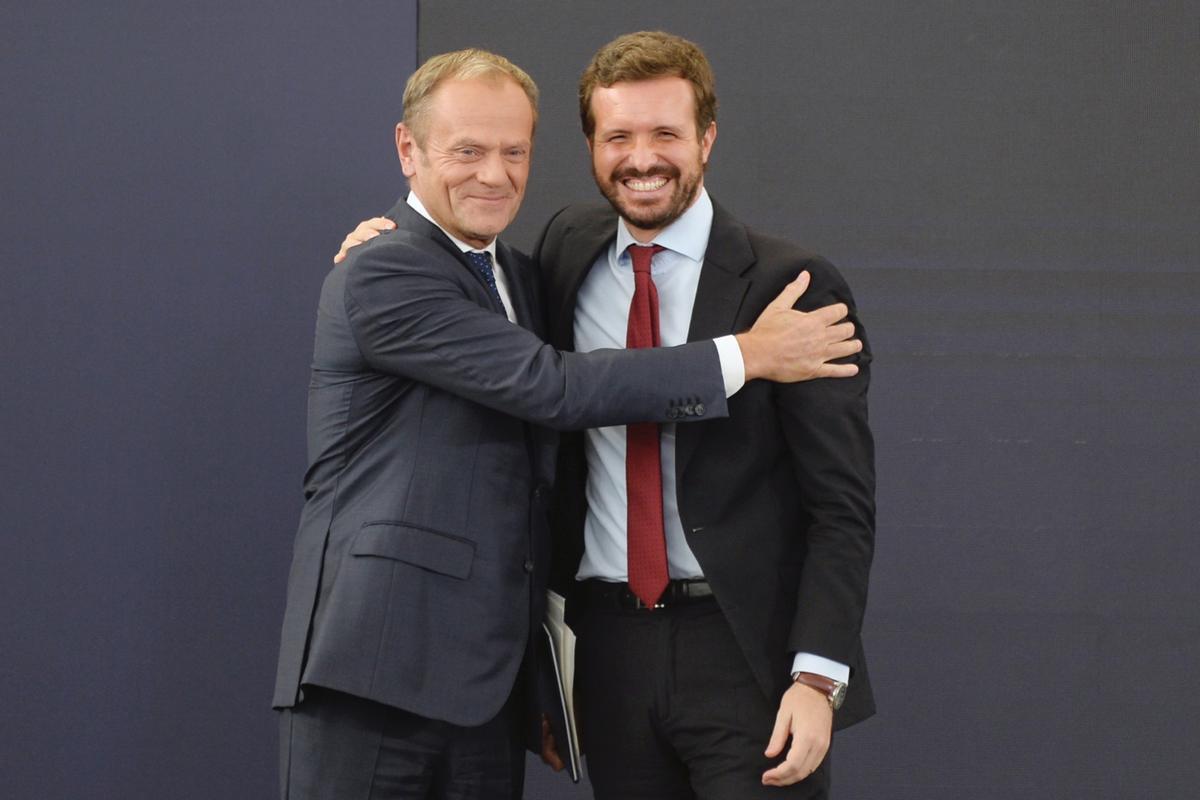 El presidente del Partido Popular Europeo (PPE), Donald Tusk, abraza a Pablo Casado, este martes en la jornada de la convención nacional itinerante organizada en Valladolid.