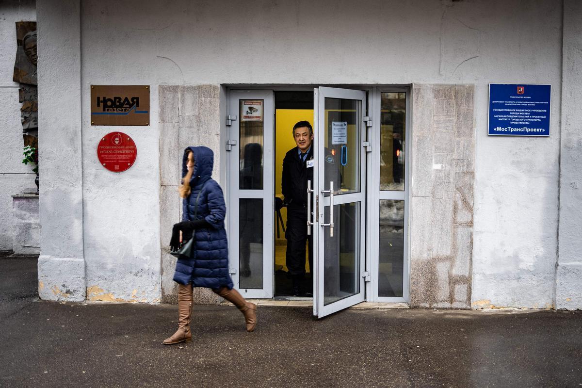 Una mujer pasa frente al edificio de 'Novaya Gazeta' en Rusia.