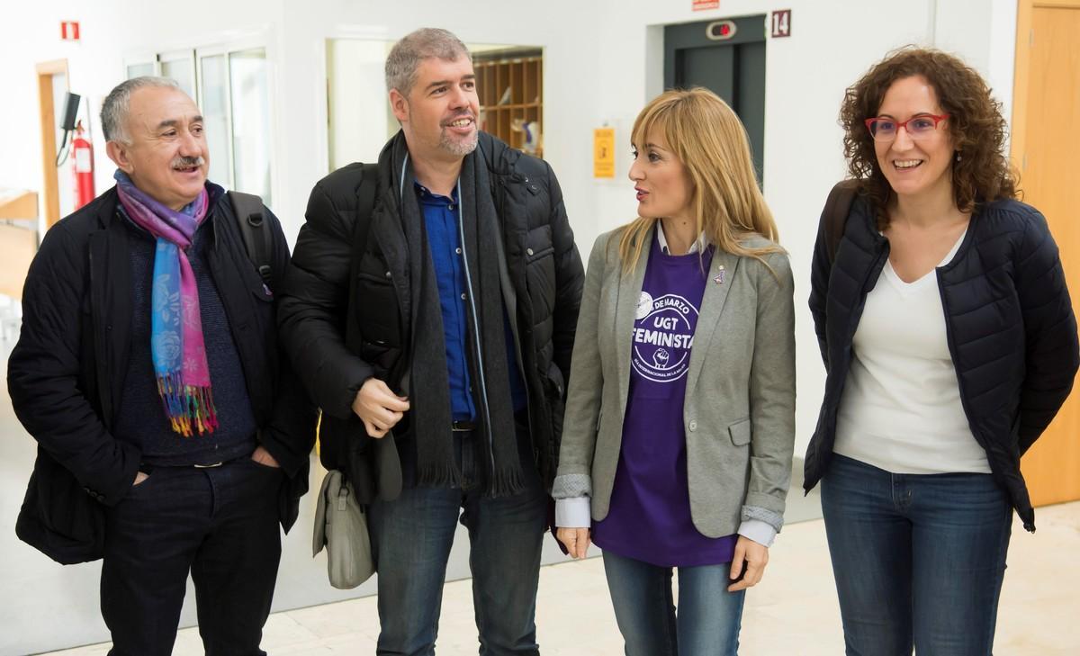 Los secretarios general de UGT, Pepe Álvarez (i), y de CCOO, Unai Sordo (2i), junto a las secretarias regionales, Carmen Castilla (2d) y Nuria López (d), a su llegada a la asamblea celebrada en Sevillaprevia a la jornada de huelga del 8-M.