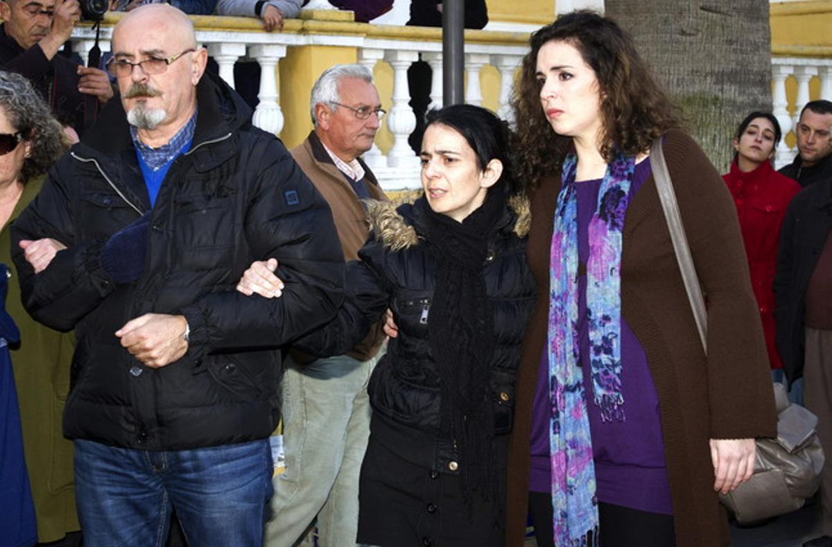Gema María Cuerda (centre), la mare de la nena de 16 mesos assassinada a Almeria, a l'arribar a l'església de la localitat de Huelva de La Palma del Condado (Huelva).