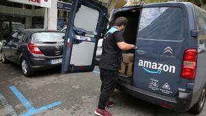 Una furgoneta de Amazon descargando en una calle de Barcelona.