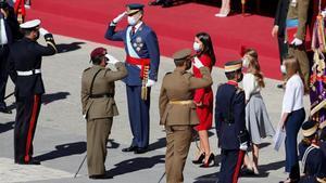 La familia real saluda a las autoridades militares