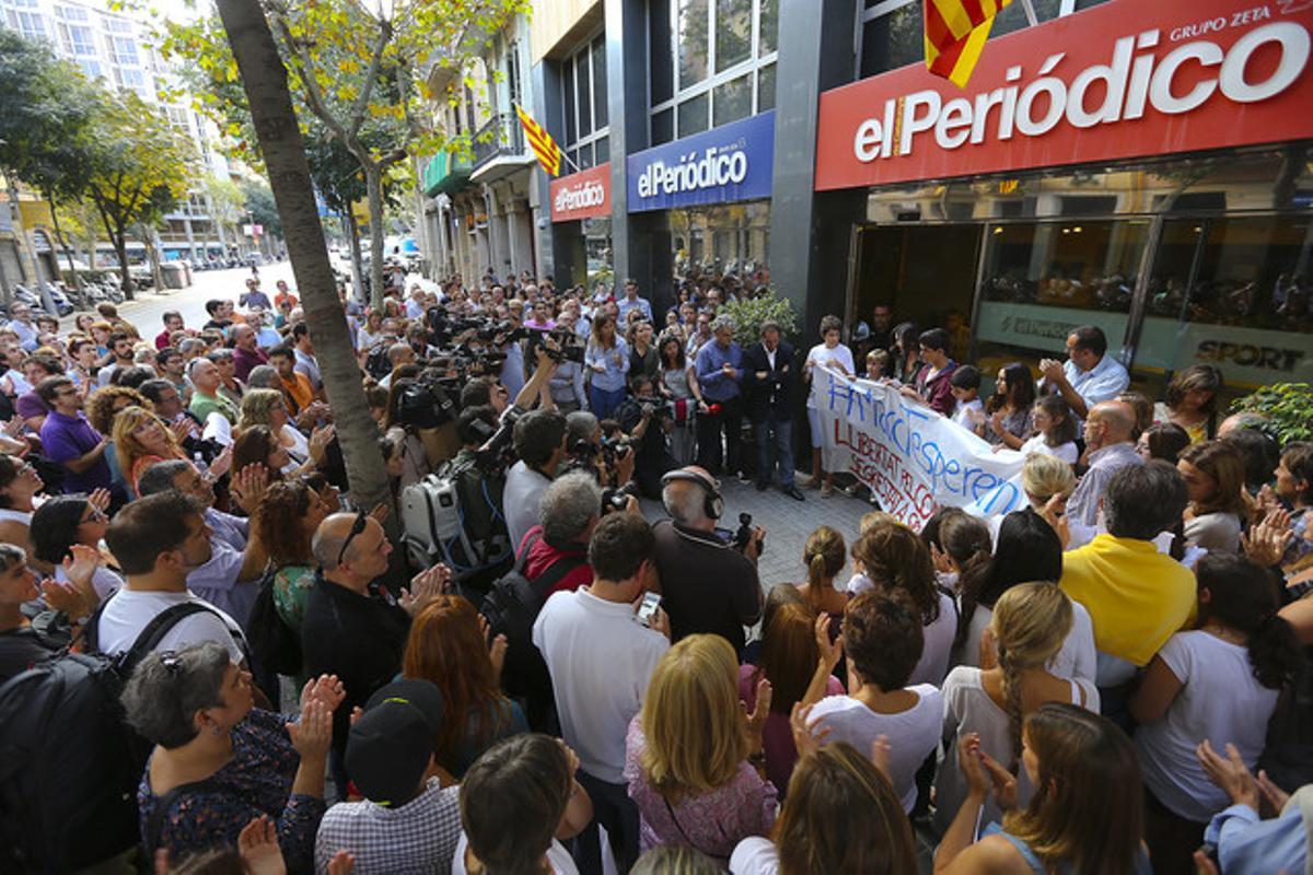Concentración delante de la redacción de EL PERIÓDICO en apoyo a Marc Marginedas