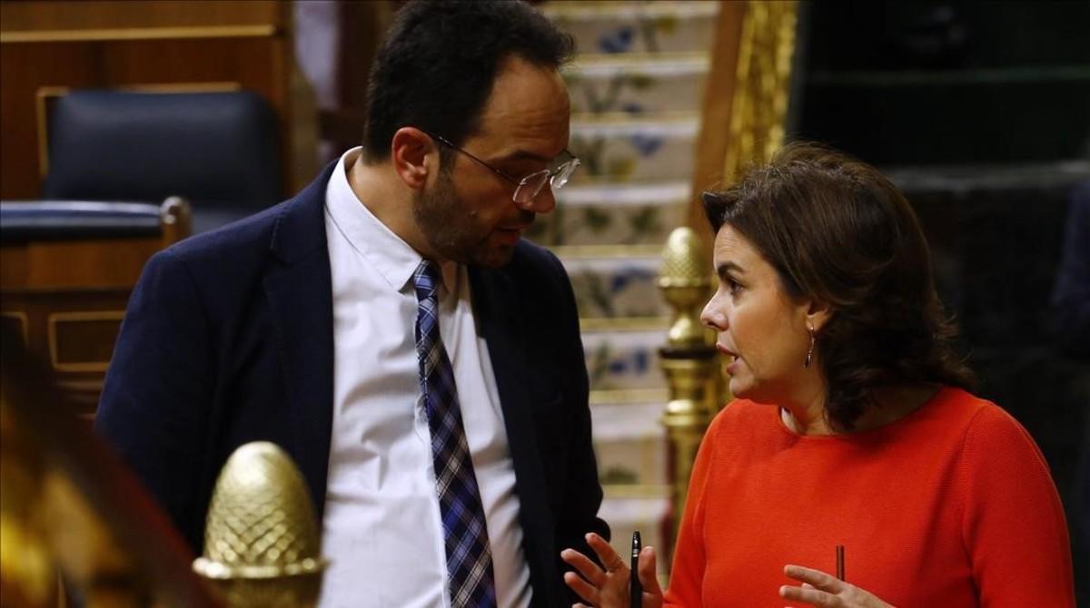 Antonio Hernando y Soraya Sáenz de Santamaría, el pasado miércoles en el Congreso.