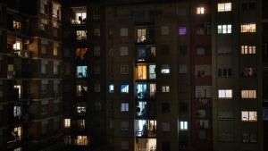 Primera noche de confinamiento nocturno en un bloque de pisos de Barcelona.