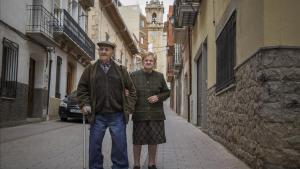 Tomás Ferrer y Nieves Gralla pasean por lacalle de Albocàsser, bombardeada en 1938.