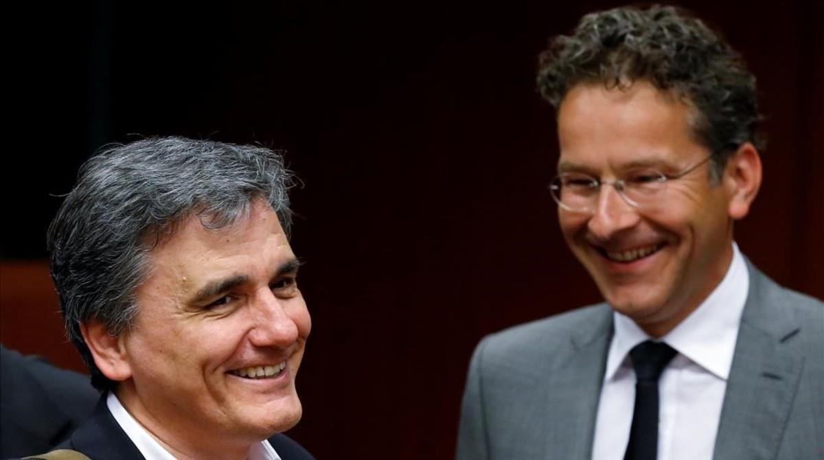 El ministro de Finanzas griego, Euclid Tsakalotos (izquierda), junto al presidente del Eurogrupo, Jeroen Dijsselbloem.