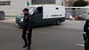 Un furgón policial traslada a Ana Julia Quezada a la prisión de Acebuche.