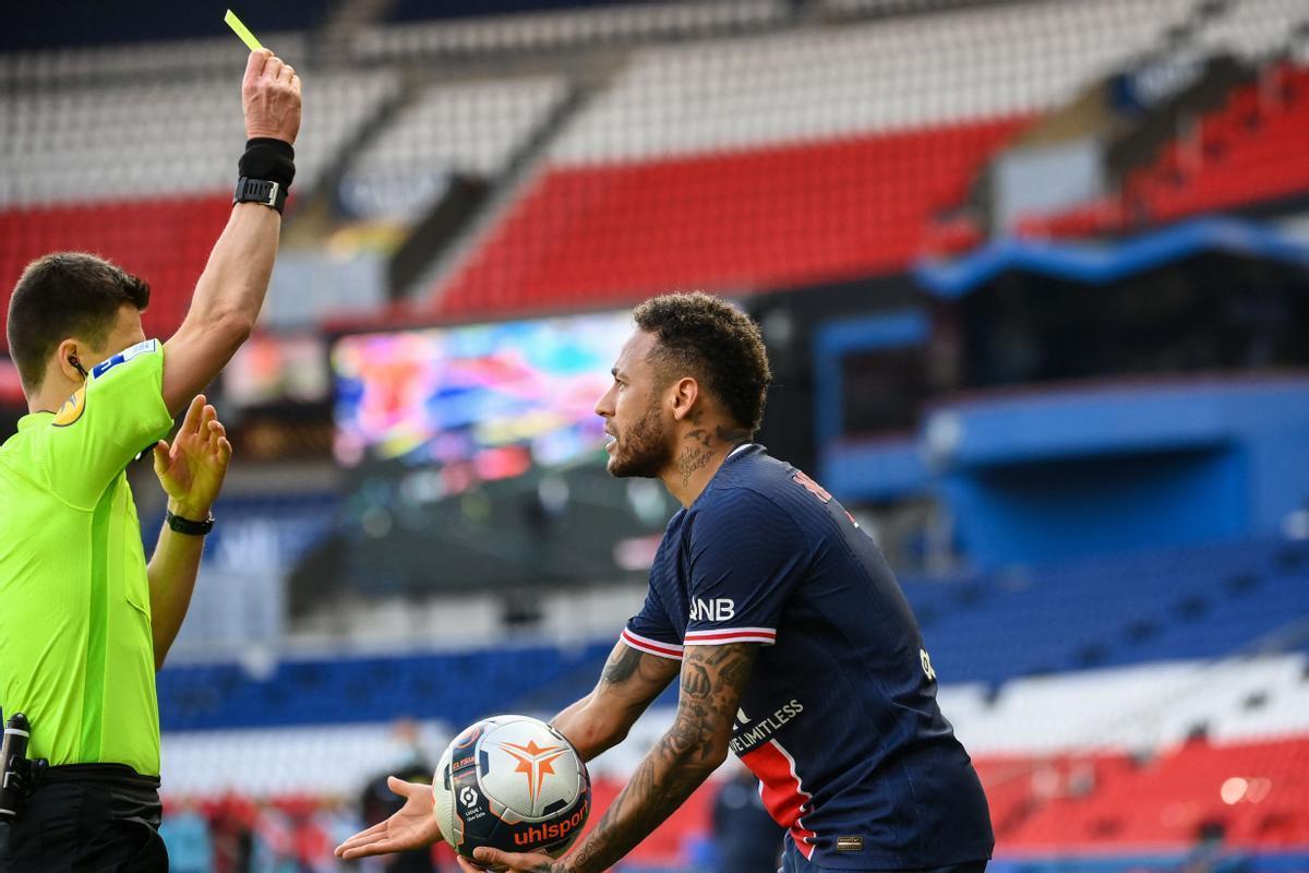 Neymar ve la segunda amarilla ante el Lille.