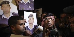 Safi Yousef (derecha), padre del piloto jordano Muaz Kasasbeh, a quien el grupo yihadista Estado Islámico (EI) ha amenazado con matar.