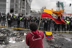 Continúan las protestas en Quito pese al toque de queda.