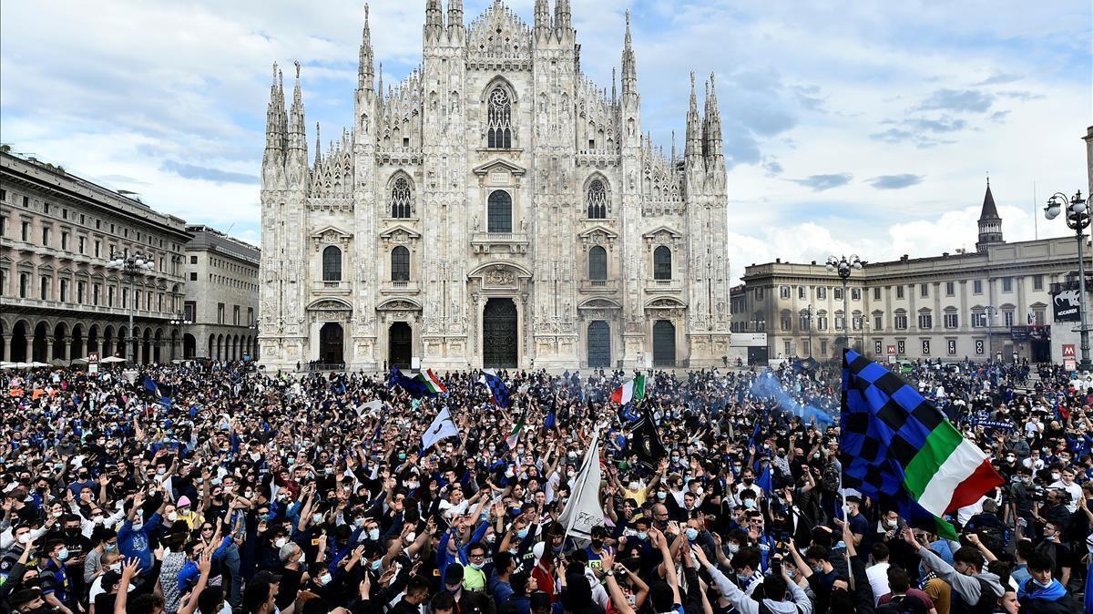 Miles de hinchas del Inter celebran la conquista del 'Scudetto' en la plaza del Duomo