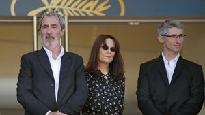 De izquierda a derecha, los productores de 'Le livre d'image', Fabrice Aragno, Mitra Farahani y Jean-Paul Battaggia, este jueves en el festival de Cannes.