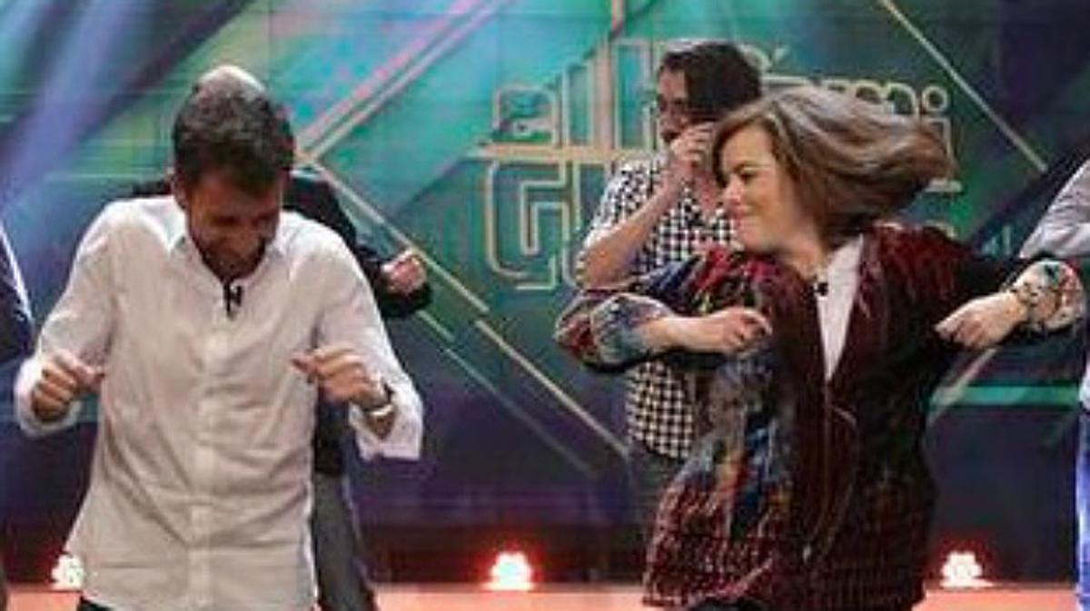 Soraya Sáenz de Santamaría y Pablo Motos, preparados para el baile en 'El Hormiguero'.