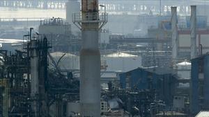 Amasijo de hierros en la zona afectada por la explosión de la empresa Iqoxe, en Tarragona.