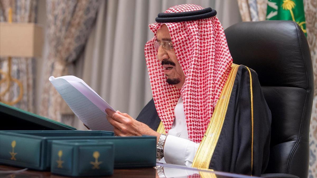 El rey de Arabia Saudí, Salman bin Abdulaziz, durante una reunión telemática con el Gobierno ayer martes.