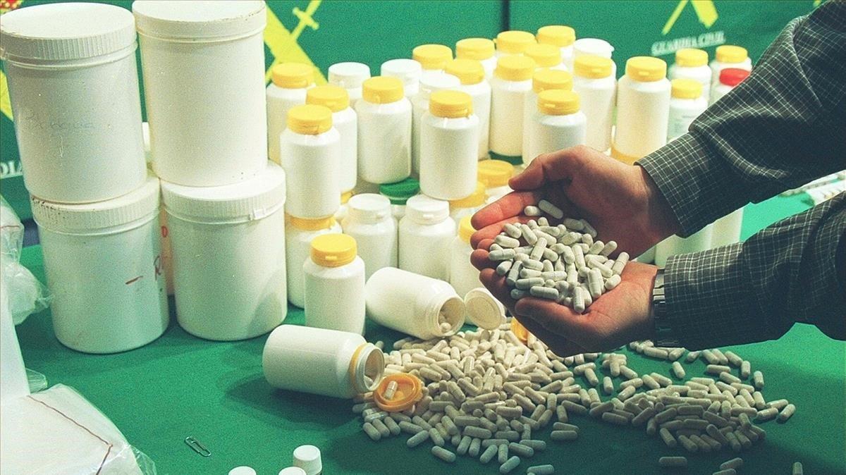 Foto de archivo de unaoperación de la Guardia Civil en la que se requisaron falsos productos con los que se alegaba poder tratar, entre otros, el cáncer (19-11-2002)