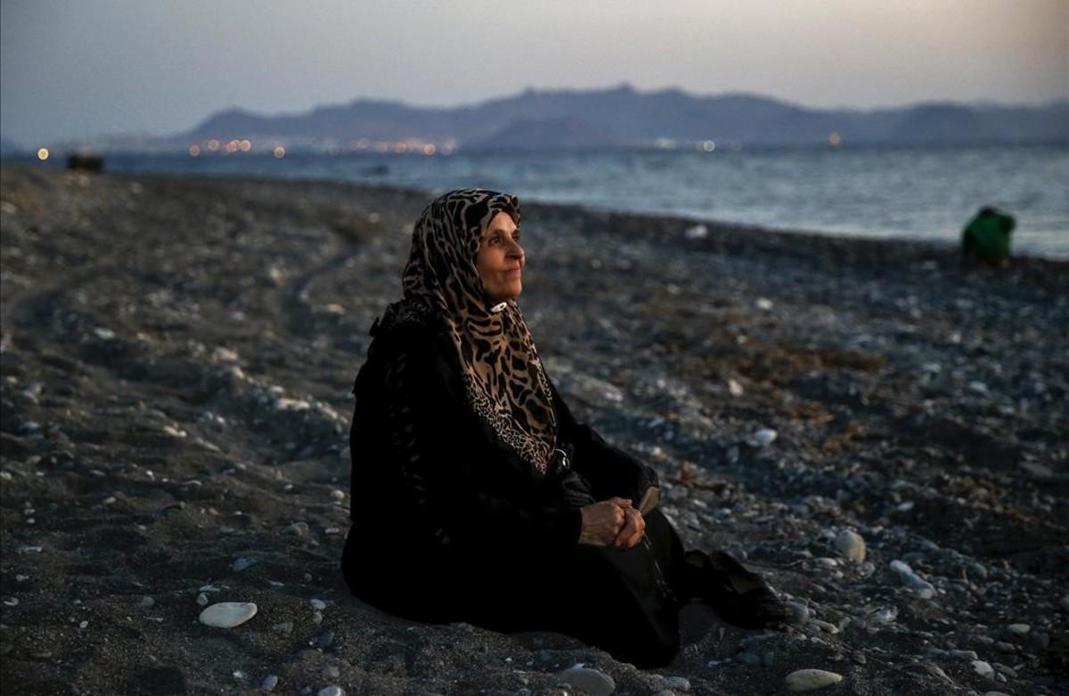 PREMIOS PULITZER Amoun, de70 años,refugiada palestinaciega, que vivía en la ciudad de Alepo,despues de llegar a la playa de la isla griega de Kos.